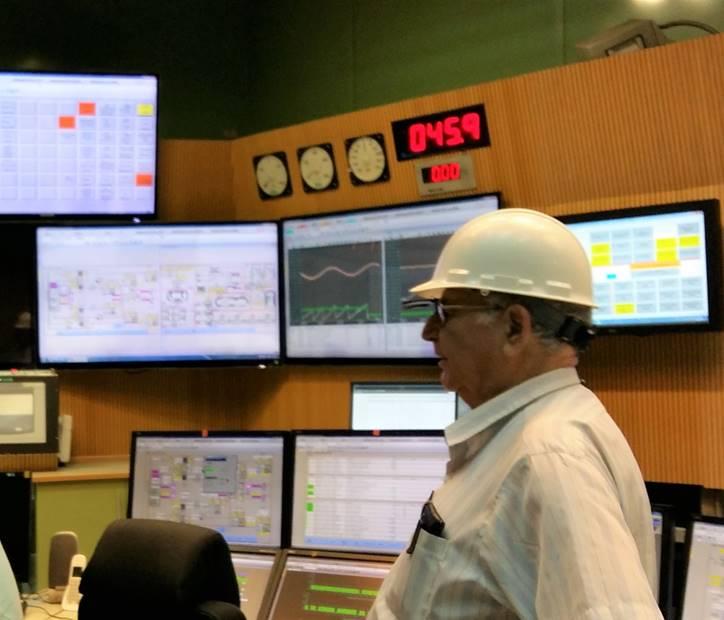 """ד""""ר דן יצחקי ז""""ל מבקר בחדר הפיקוד של תחנת הכח הפחמית בחדרה (ספט' 2016) (צילום: ירון חנן)"""