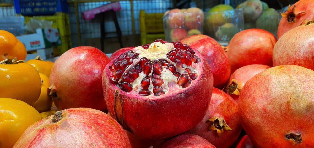 רימון אדום - סחורה נפלאה בשוק תלפיות חיפה (צילום: נילי בנו)