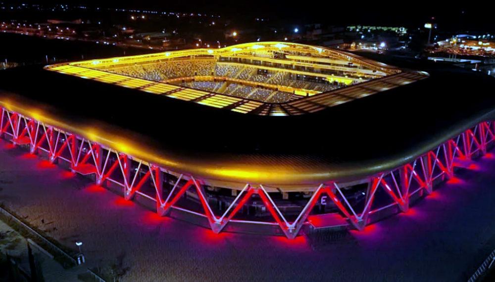 """אצטדיון """"סמי עופר"""" מואר באדום (צילום: אלדד אלוני)"""
