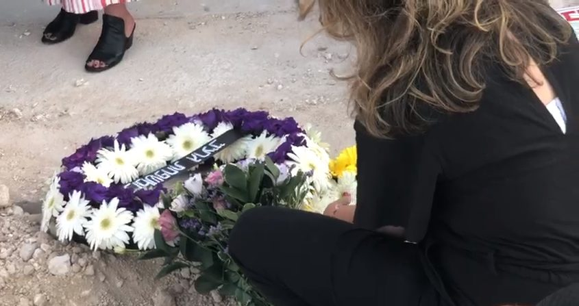 פרח קטפתי לנורית, על קברו של דובי שיפמן (צילום: גל אשיגא)