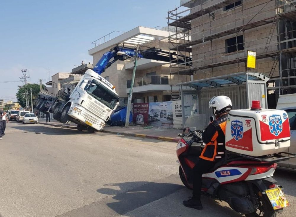 משאית על צידה (צילום איחוד הצלה)