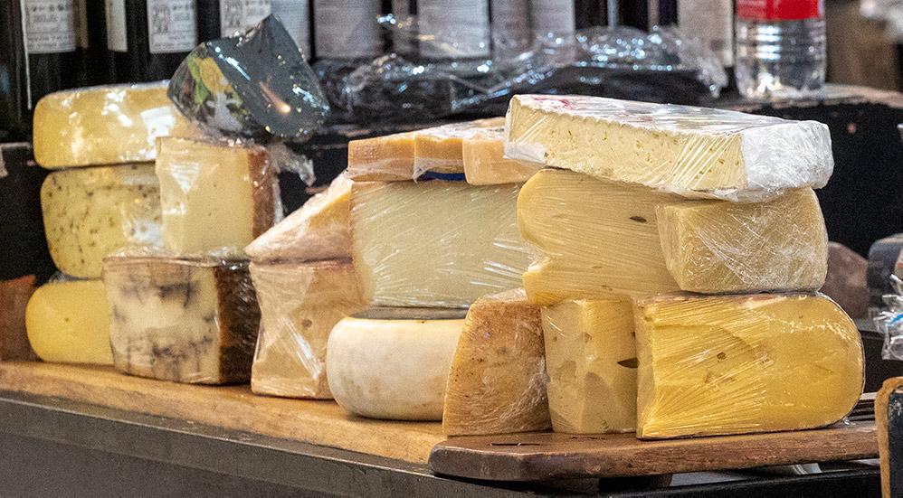 דוכן גבינות - גבינה (צילום: ירון כרמי)