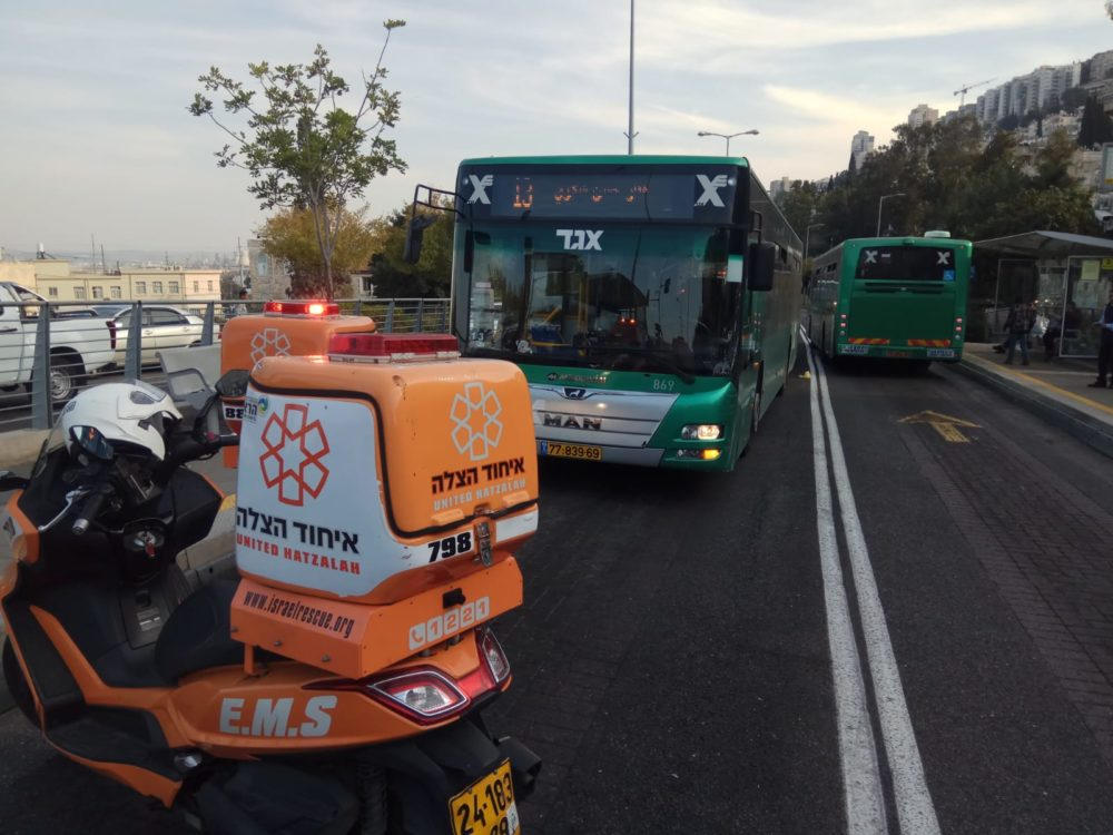 הולך רגל נפגע מאוטובוס על נתיב מטרונית ברחוב הגיבורים בחיפה (צילום: איחוד הצלה)