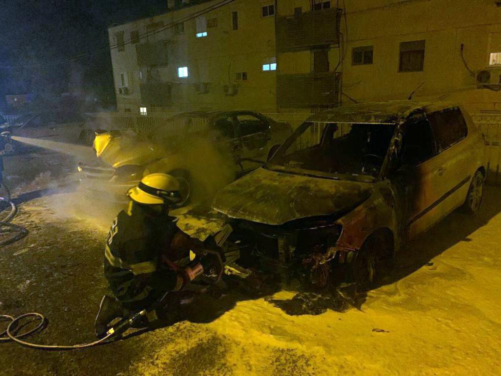 כלי רכב עלו באש ברחוב הרב הרצוג שבקרית אתא (צילום: לוחמי האש)