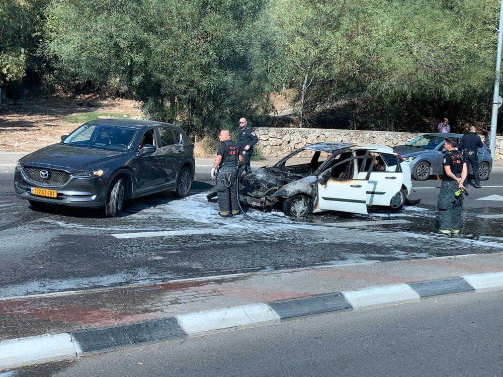 הרכב השרוף בדרך פיקא בחיפה (צילום: צביק'ה ברנר)