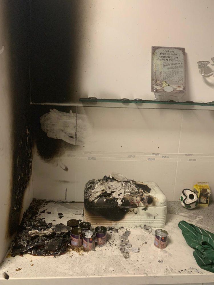 נרות השבת העלו את הדירה באש • ילדה נפגעה משאיפת עשן (צילום: לוחמי האש)