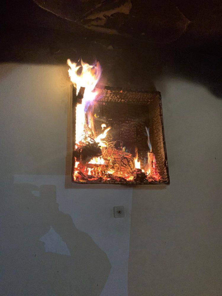 ארון חשמל בוער - שרפה בבניין מגורים ברחוב אלנבי בחיפה (צילום: לוחמי האש)