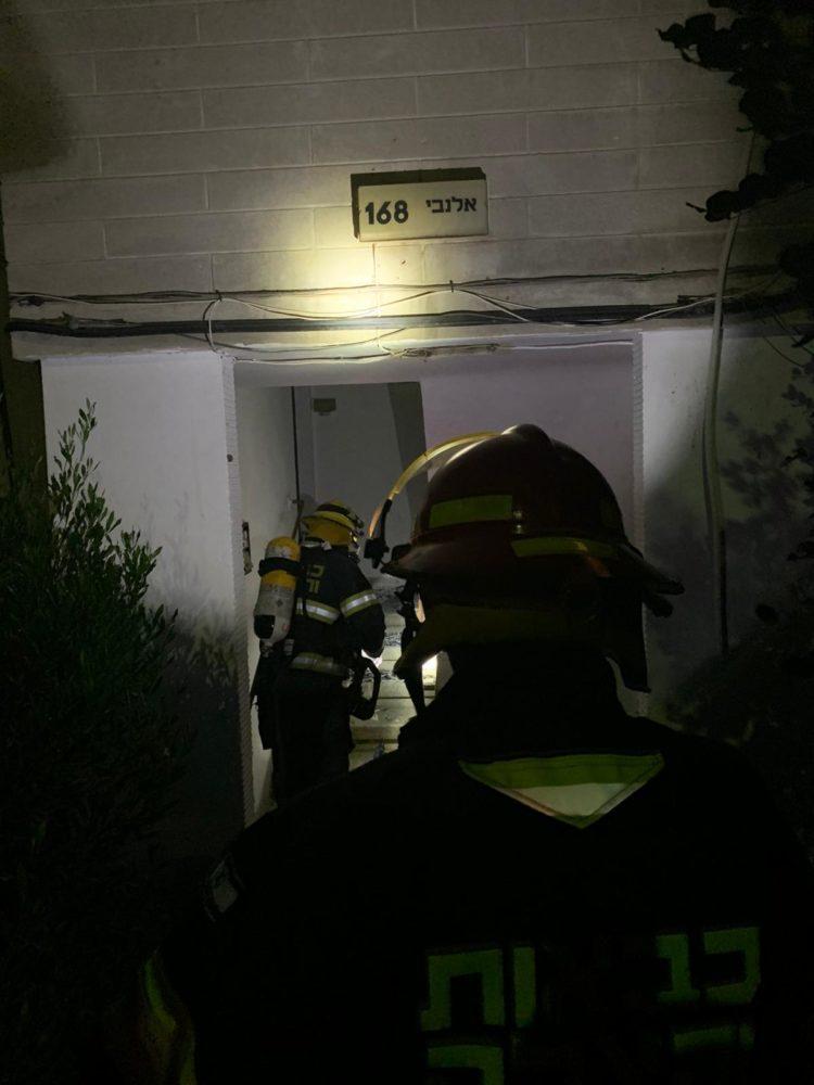 לוחמי האש בכניסה לבניין - שרפה בבניין מגורים ברחוב אלנבי בחיפה (צילום: לוחמי האש)