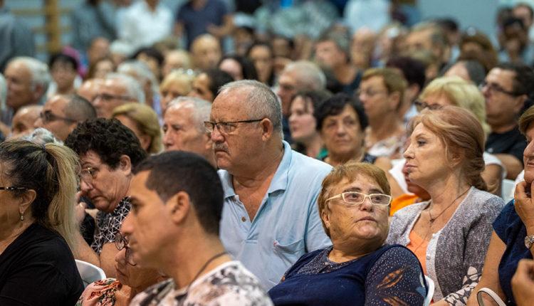תושבים בכנס  הצגת תכנית התחדשות עירונית לקריית חיים (צילום: ירון כרמי)