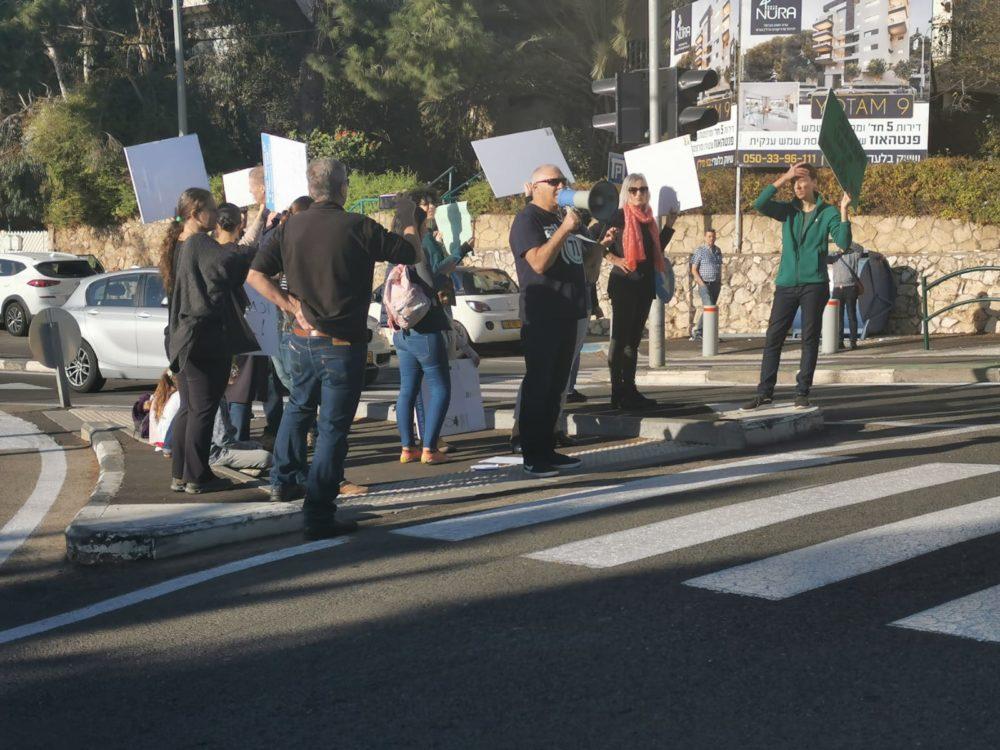 """תושבי הרחובות יותם, אהוד ויוכבד מפגינים בדרישה לריסון תהליך תמ""""א 38 (צילום: סמר עודה)"""