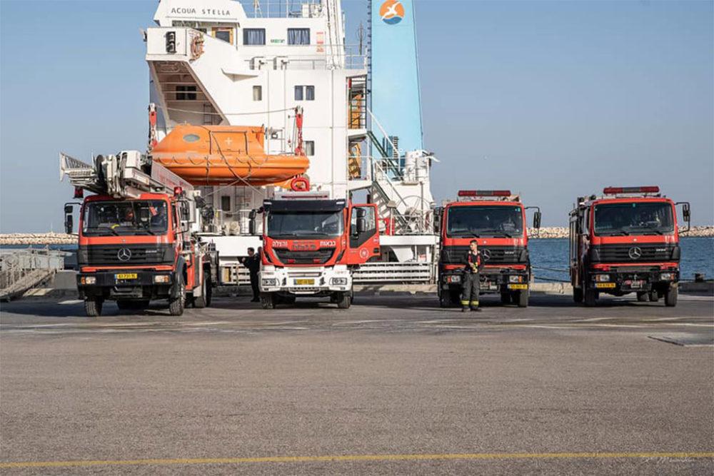כבאיות בתרגיל שריפה וחילוץ באוניית משא בנמל חיפה (צילום: כבאות והצלה תחנה אזורית חיפה)