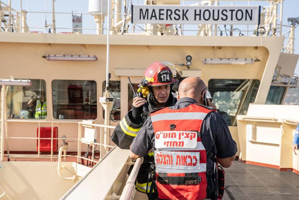 כבאים בתרגיל שריפה וחילוץ באונית משא בנמל חיפה (צילום: כבאות והצלה תחנה איזורית חיפה)