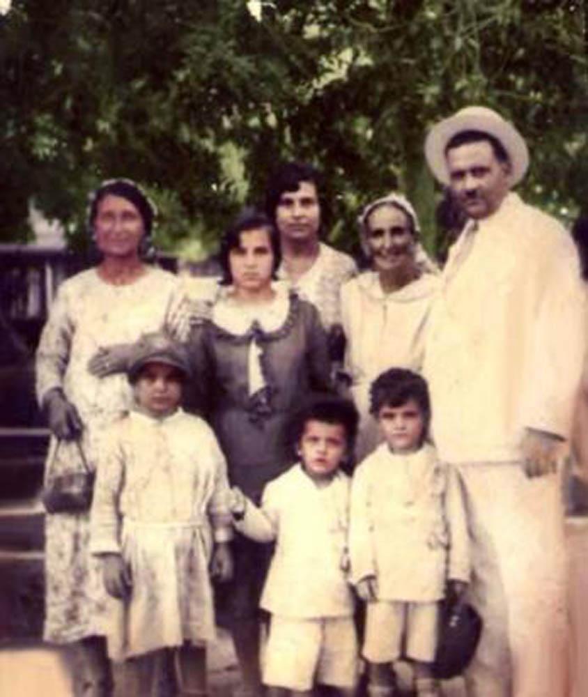 משפחתו של זרובבל מזרחי יעקב בנו, בחליפה הלבנה, אשתו אדון, ילדיו של יעקב ובתו לאה, נושאת תיק בידה