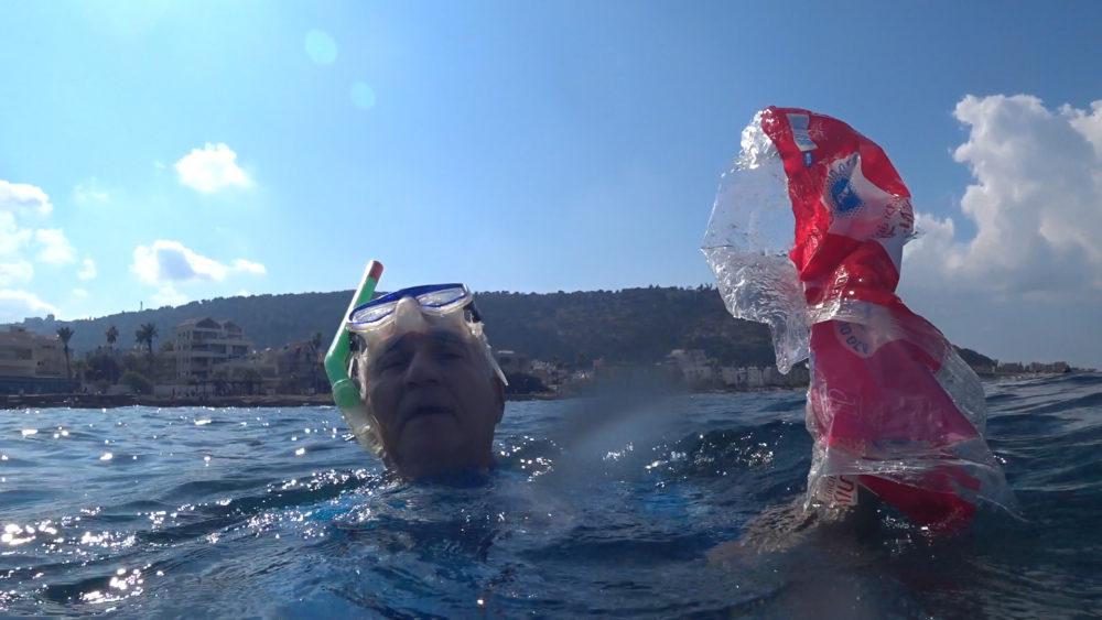 אביהו האן מנקה את הים מפסולת • הפנינג צלילה בבת גלים (צילום: ירון כרמי)