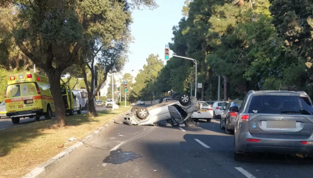 תאונת דרכים בשדרות אבא חושי בחיפה - רכב הפוך על גגו (צילום: חי פה)