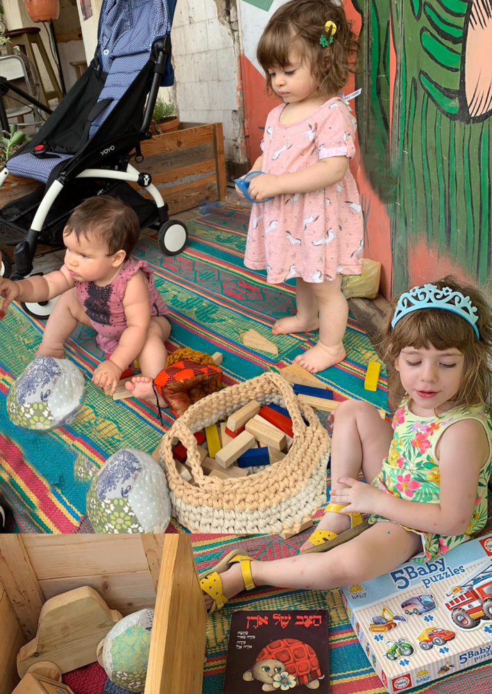 מורי רונה ודניאלה משחקות בשוק שהוא גם קצת הבית שלהן (צילום: ליאור זמיר דגן)