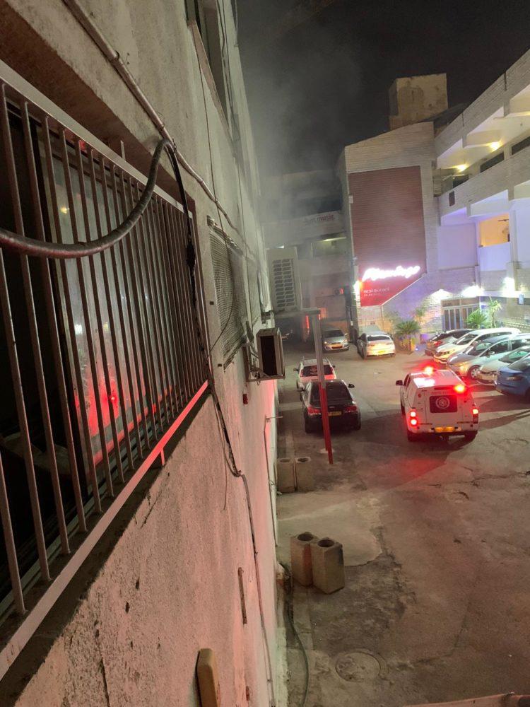 שרפה במבנה בצ'ק פוסט בחיפה (צילום: לוחמי האש)