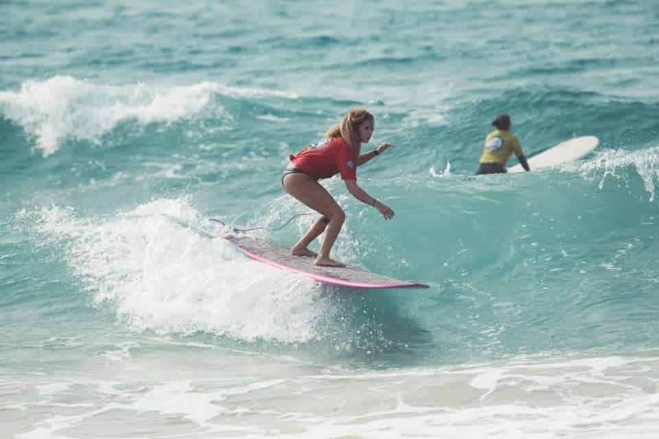 מתמודדת בתחרות הנשים - תחרות גלישת גלים לונגבורד בחיפה (צילום: יעל ליאצקי)