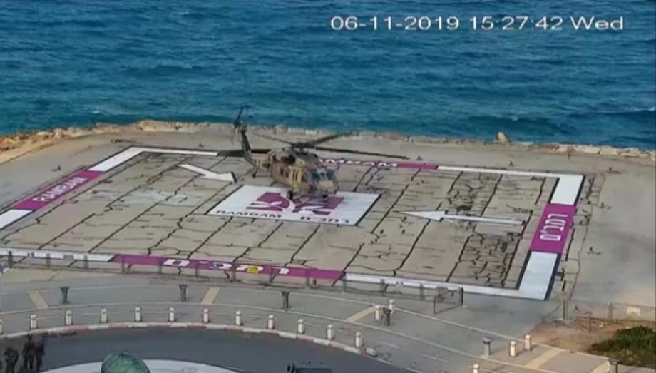 """מסוק החילוץ במנחת המסוקים של בית החולים רמב""""ם בחיפה (צילום: דוברות רמב""""ם)"""