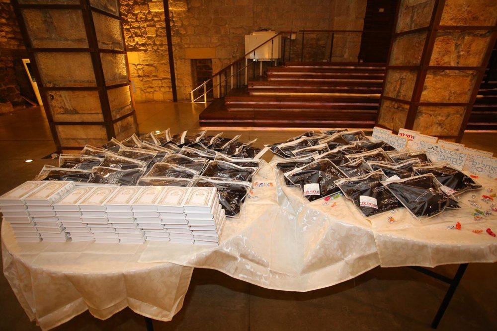 חמישים בני-נוער תושבי חיפה חגגו בר מצווה (צילום: דוברות עיריית חיפה)