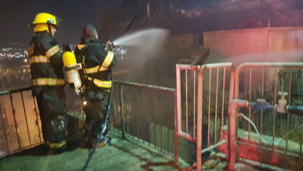 השרפה ברחוב ערד בשכונת נווה יוסף בחיפה (צילום: לוחמי האש)