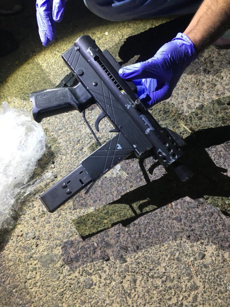 נשק מסוג קרלו שנתפס בחצר בית (צילום: משטרת ישראל)