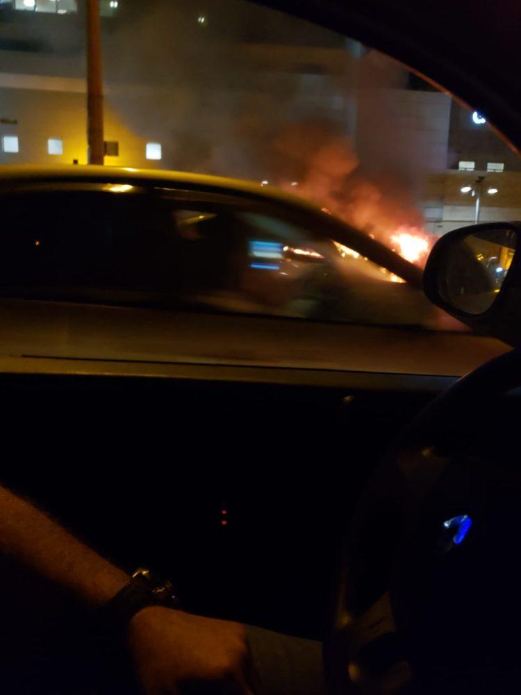 רכב עולה באש (צילום חי פה בשטח)