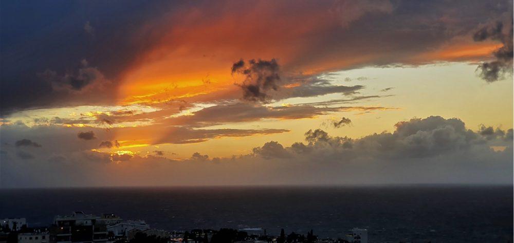 תמונות הסערה שחלפה בחיפה ביום ה', 26/12/19 - מבט מהכרמל הצרפתי (צילום: נילי בנו)