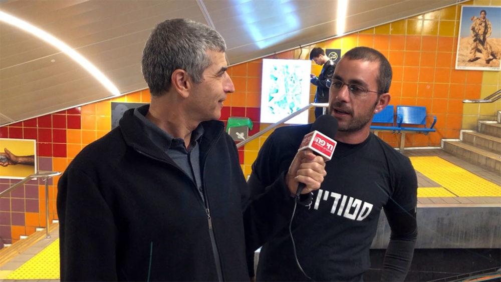 הצלם גלעד שטיין מסביר על צילום בראיון לחי פה • בתערוכה 'מטרוארט' בכרמלית חיפה (צילום: ירון כרמי)