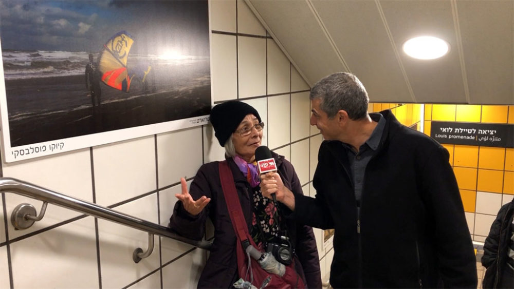 קיוקו פוסלבסקי מסבירה על צילום בראיון לחי פה • בתערוכה 'מטרוארט' בכרמלית חיפה (צילום: ירון כרמי)
