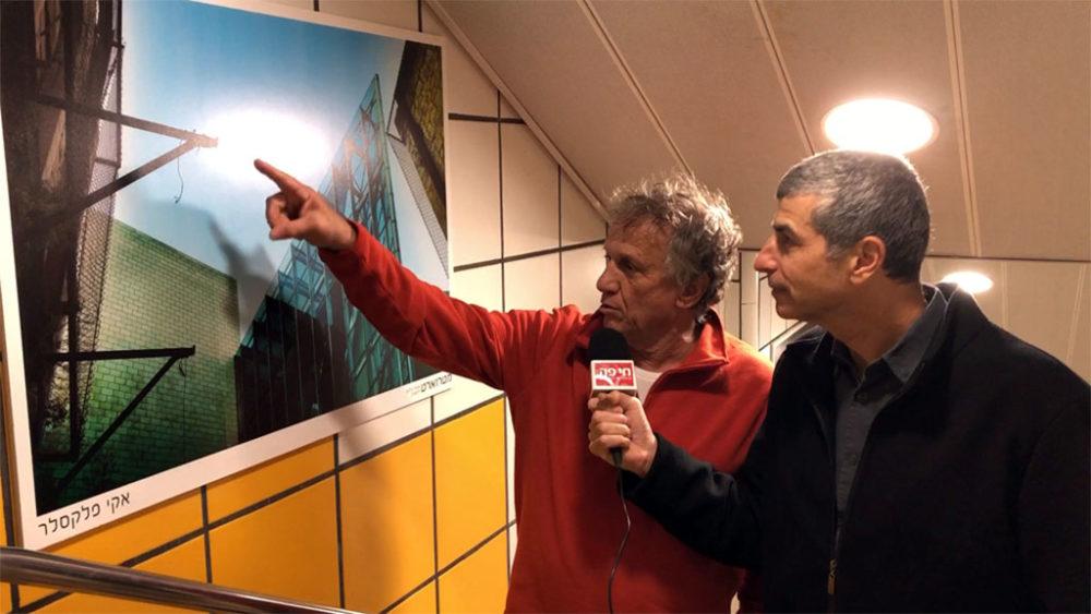 אקי פלקסר מסביר על צילום בראיון לחי פה • צלמים חיפאים מציגים תמונות בכרמלית בחיפה בתערוכה 'מטרוארט' (צילום: ירון כרמי)