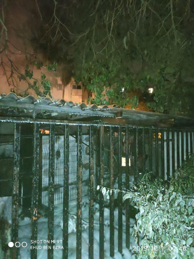 שרפה דו-מוקדית בבית מגורים בשכונת בת גלים בחיפה (צילום: לוחמי האש)