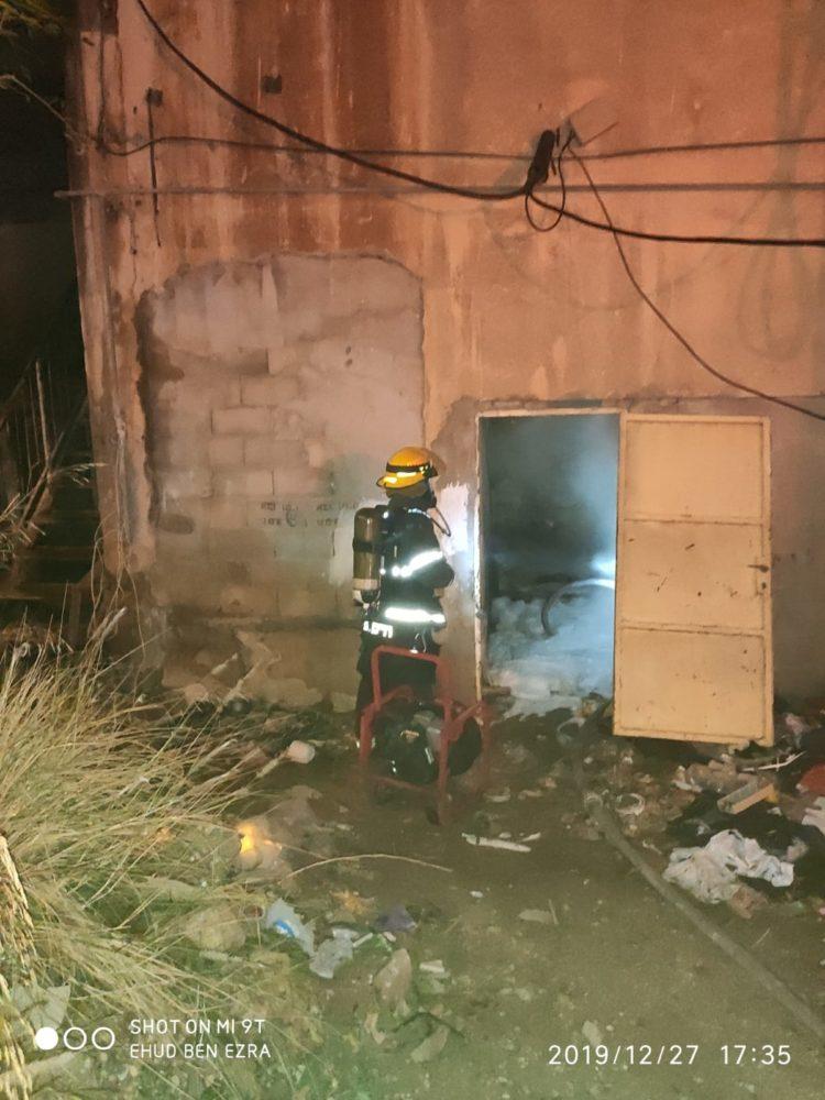 מבנה נשרף בשכונת הדר הכרמל בחיפה (צילום: לוחמי האש)