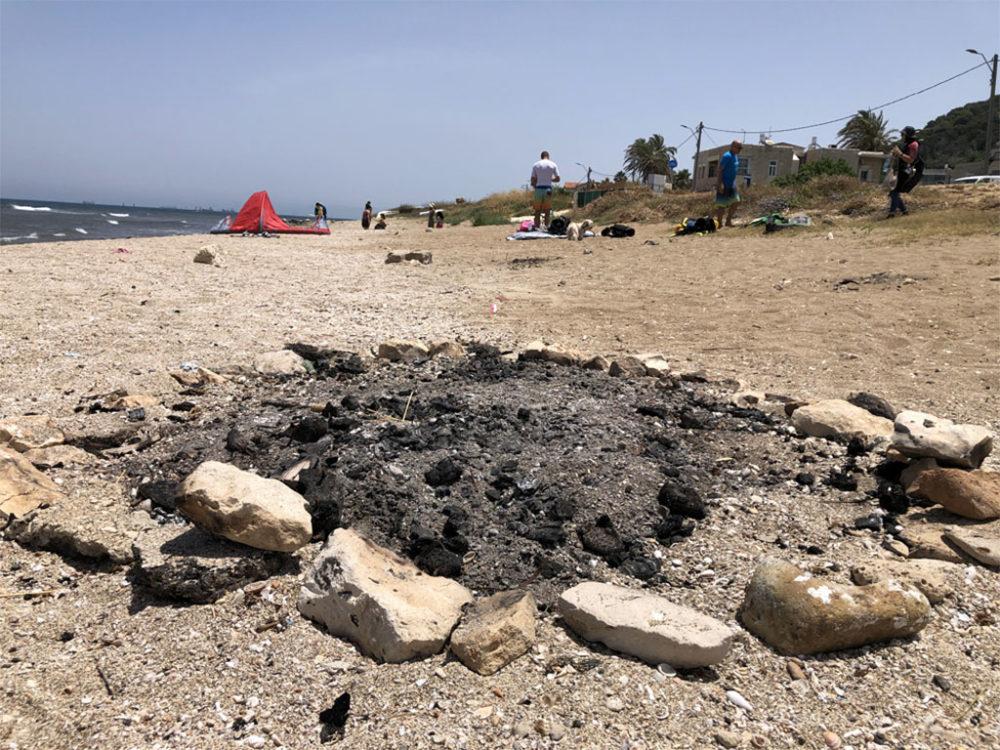 לכלוך מדורה בחוף הגולשים בראש כרמל (צילום: ירון כרמי)