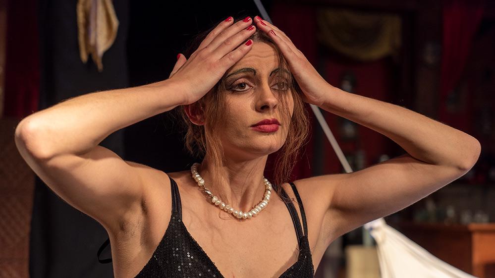 """יובל ברזלי בהצגה """"מי מפחד מוירג'יניה וולף"""" - תאטרון הסטודיו (צילום: ירון כרמי"""