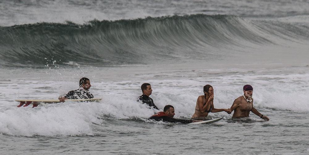 גולשים ומצילי חיפה הצילו טובעת בחוף קריית חיים (צילום: מלכה ניחום)