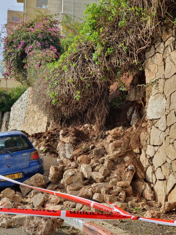 ברחוב ביכורים בחיפה קרס קיר על מכוניות חדשות (צילום: אנה גלידר)