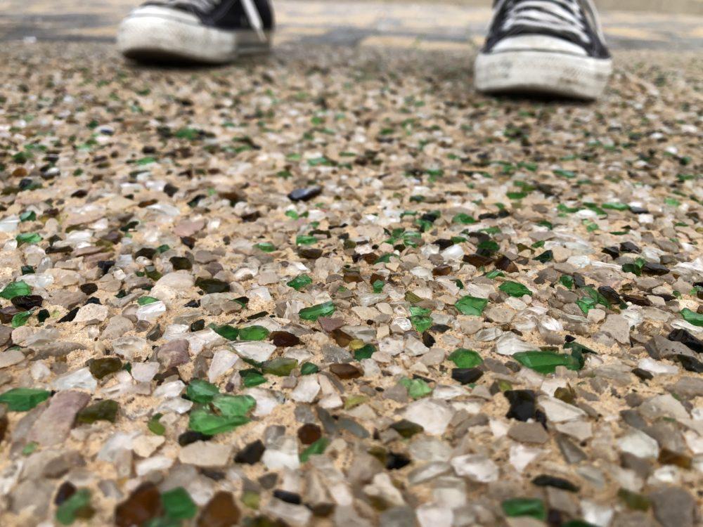 שברי זכוכיות מבצבצים מתוך הבטון בטיילת חוף הכרמל (צילום: ירון כרמי)