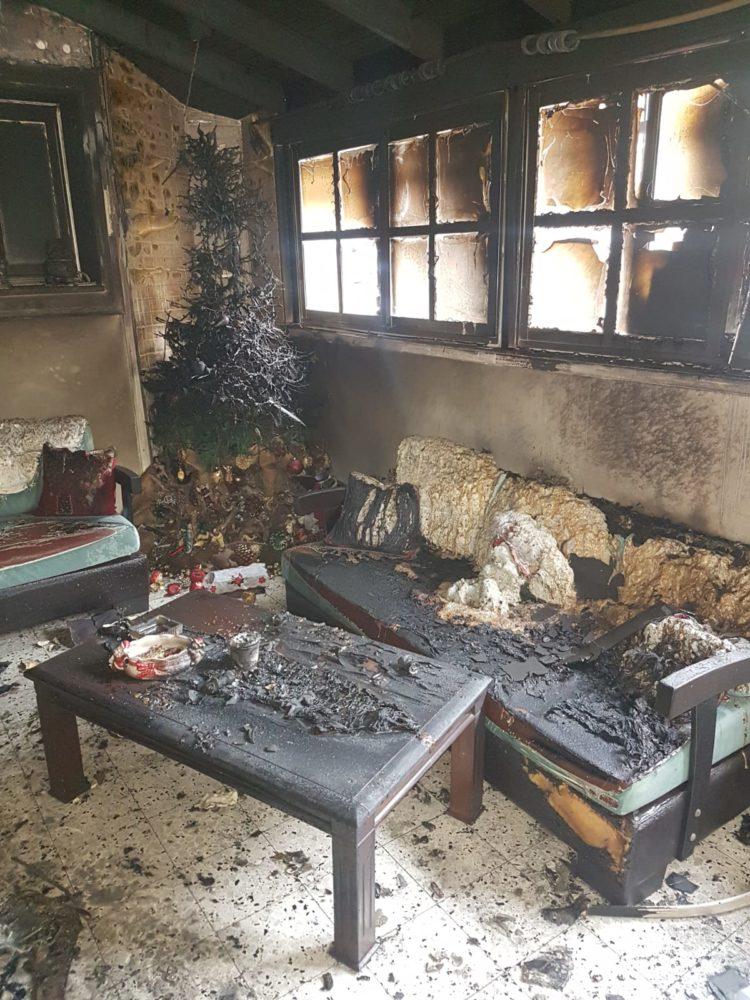 הדירה עלתה באש ועץ האשוח נשרף במושבה הגרמנית בחיפה (צילום: לוחמי האש)