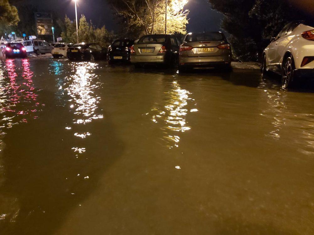 הצפה ברחוב יפה נוף (צילום: בן סער)