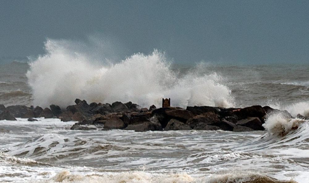 גלי סערה • הסערה הותירה הרס רב בטיילת חוף דדו בחיפה (צילום: ירון כרמי)