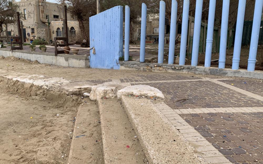 חול על הטיילת - מסעדת הקדרים • הסערה הותירה הרס רב בטיילת חוף דדו בחיפה (צילום: ירון כרמי)