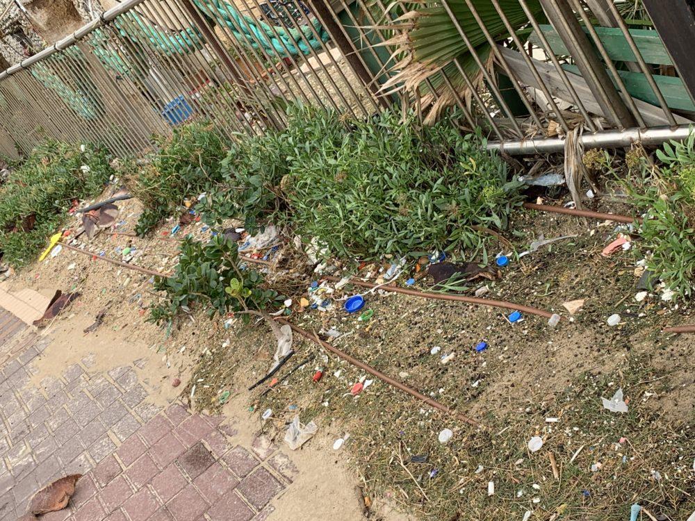מיקרו פלסטיק • הסערה הותירה הרס רב בטיילת חוף דדו בחיפה (צילום: ירון כרמי)