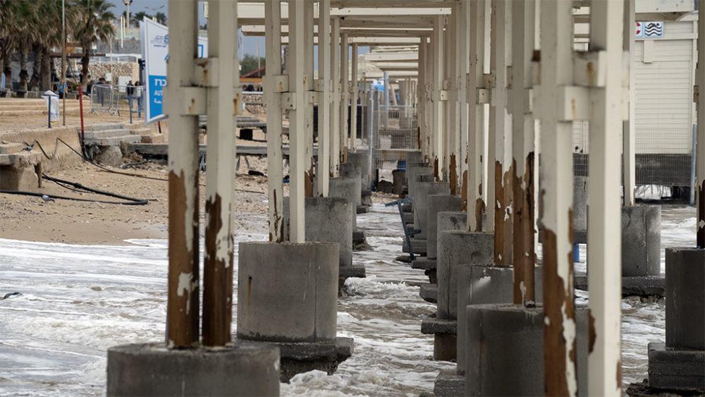 החול נעלם • הסערה הותירה הרס רב בטיילת חוף דדו בחיפה (צילום: ירון כרמי)