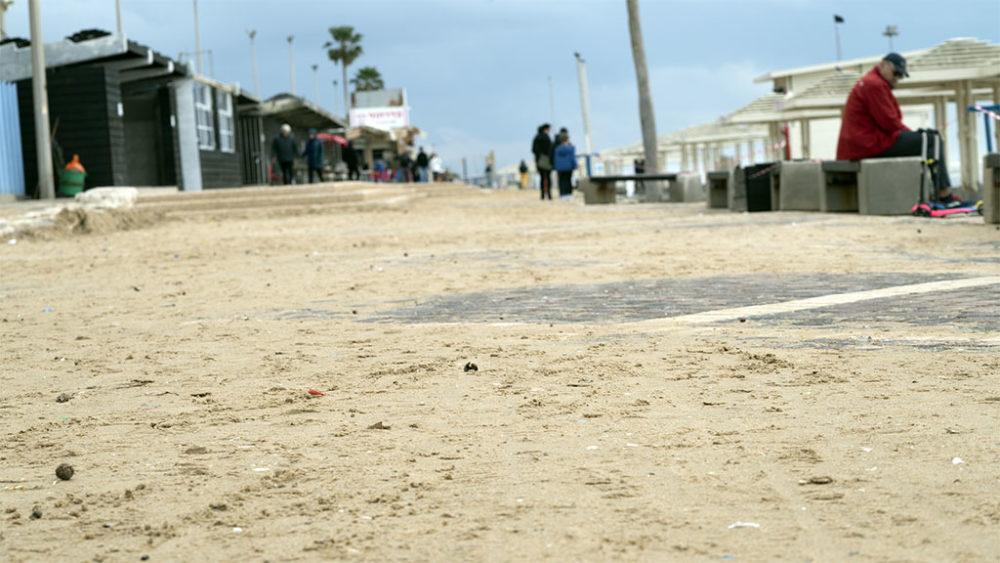 חול על טיילת החוף • הסערה הותירה הרס רב בטיילת חוף דדו בחיפה (צילום: ירון כרמי)