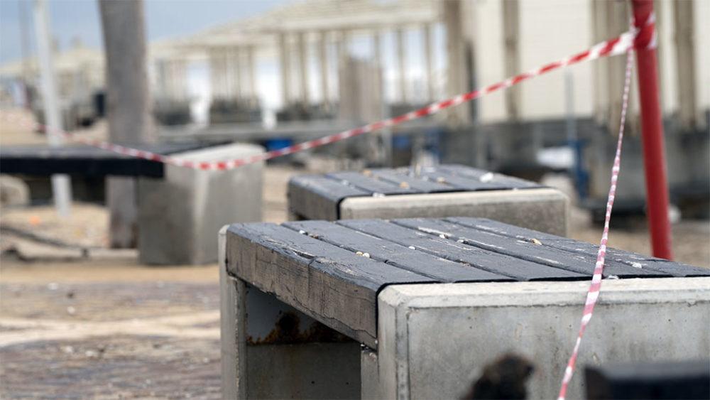 סרטי סימון סכנה • הסערה הותירה הרס רב בטיילת חוף דדו בחיפה (צילום: ירון כרמי)