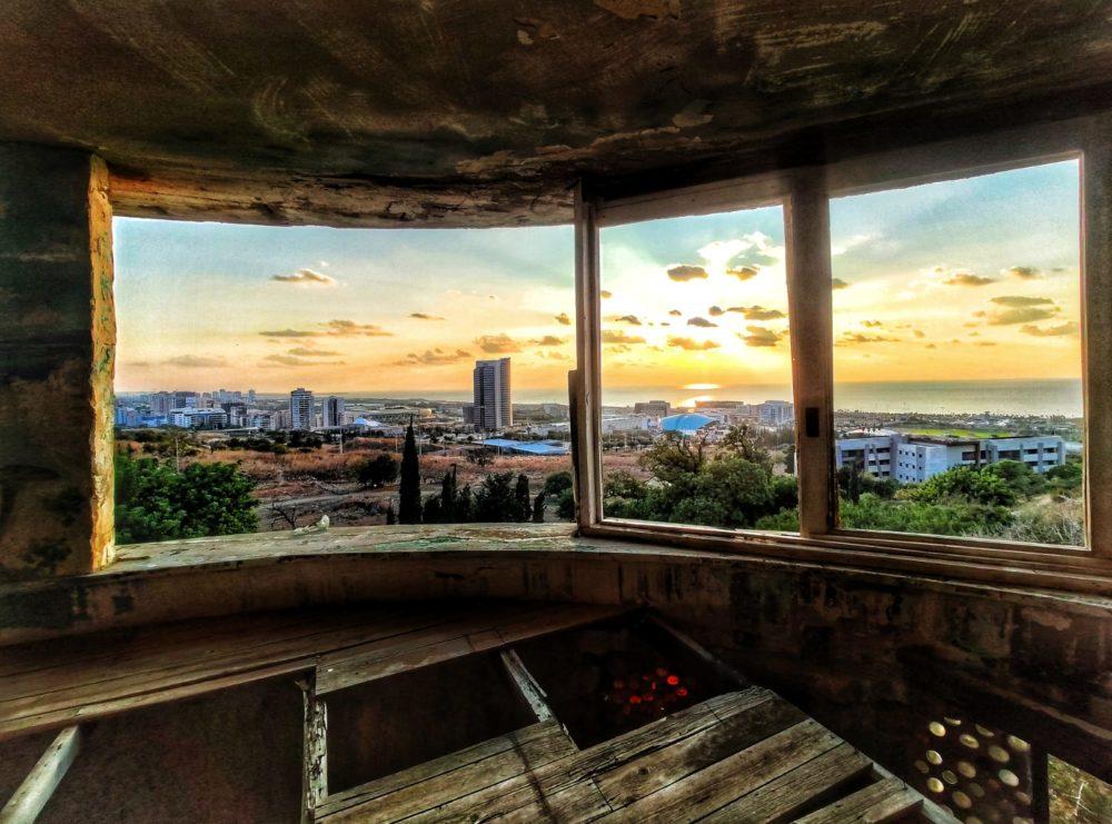 אכסניית הנוער הנטושה ומורדות הכרמל במערב חיפה (צילום: גלעד שטיין)