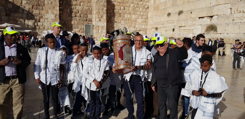 טקס בר מצווה בכותל לילדי מזרח חיפה (צילום: צילום רוטרי כרמל)