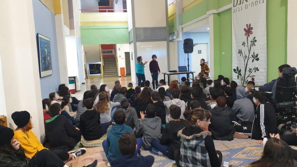 הרצאה בנושא נגישות, תלמידים על מחצלות עם שוקו חם (צילום: מור שלגי, גולן)
