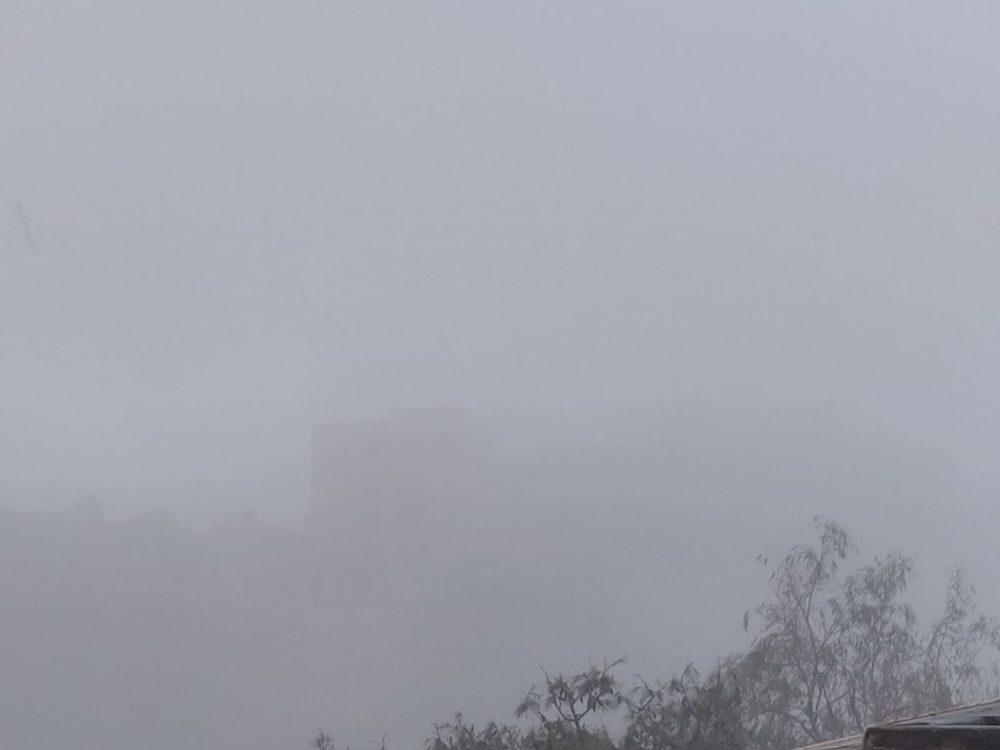 סערה בחיפה - בית חולים כרמל נבלע בענן (צילום: חנה מורג)